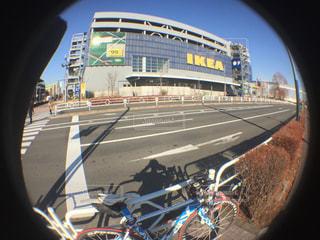 自転車は建物の脇に駐車の写真・画像素材[923992]
