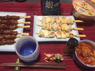 テーブルの上に食べ物のプレートの写真・画像素材[930949]