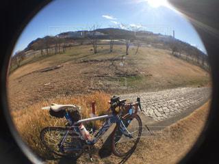 自転車は、未舗装の道路の脇に駐車の写真・画像素材[931491]