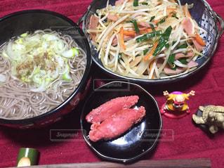 板の上に食べ物のボウルの写真・画像素材[931598]