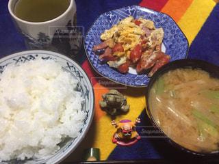 皿のご飯とカップに野菜料理の写真・画像素材[941065]