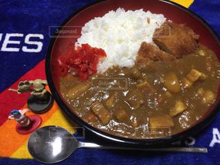 板の上に食べ物のボウルの写真・画像素材[970641]