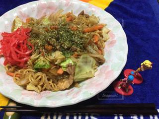 テーブルの上に食べ物のプレートの写真・画像素材[978912]