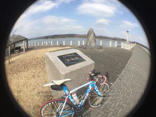 カメラにポーズを鏡の前で、自転車駐車の写真・画像素材[1026336]