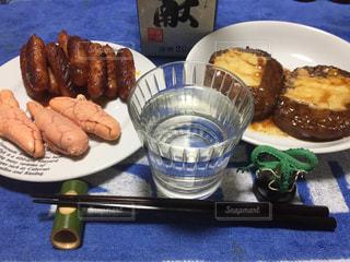 テーブルの上に食べ物のプレートの写真・画像素材[1027797]