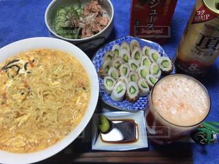 テーブルの上に食べ物のボウルの写真・画像素材[1034862]