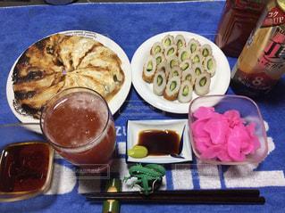 テーブルの上に食べ物のトレイの写真・画像素材[1043560]