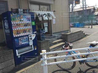 自転車は建物の脇に駐車の写真・画像素材[1054424]