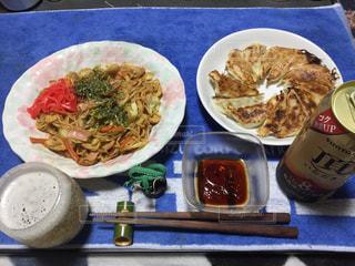 テーブルの上に食べ物のプレートの写真・画像素材[1064449]