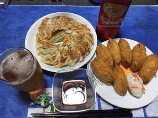 テーブルの上に食べ物のプレートの写真・画像素材[1079343]