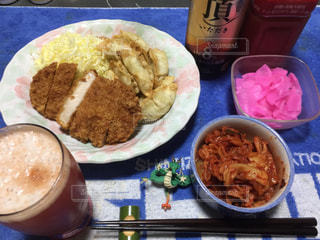 テーブルの上に食べ物の種類の入ったプラスチック容器の写真・画像素材[1088997]