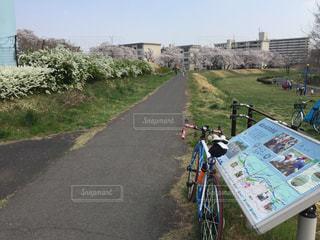 自転車は、道路の脇に駐車の写真・画像素材[1089805]