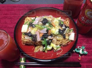 テーブルの上に食べ物のプレートの写真・画像素材[1099506]