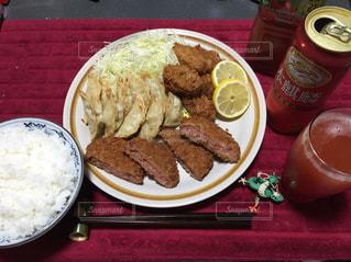 テーブルの上に食べ物のプレートの写真・画像素材[1111960]