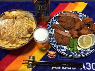 テーブルの上に食べ物のプレートの写真・画像素材[1131897]