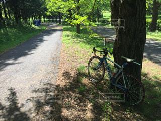 自転車は、道路の脇に駐車の写真・画像素材[1139445]