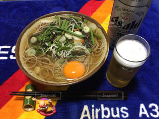 テーブルの上に食べ物のボウルの写真・画像素材[1142562]