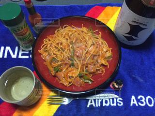 テーブルの上に食べ物のボウルの写真・画像素材[1158278]