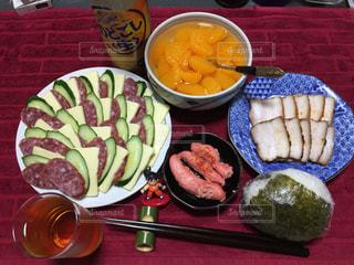 テーブルの上に食べ物のプレートの写真・画像素材[1175393]