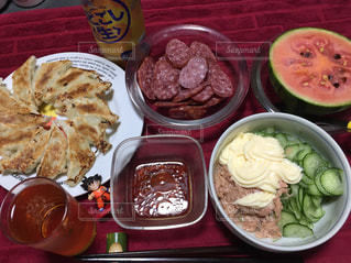 テーブルの上に食べ物のプレートの写真・画像素材[1181513]