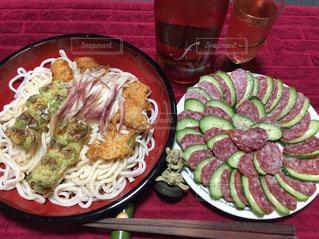 テーブルの上に食べ物のプレートの写真・画像素材[1183174]