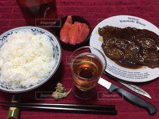 テーブルの上に食べ物のプレートの写真・画像素材[1202089]