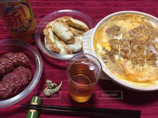 テーブルの上に食べ物のプレートの写真・画像素材[1210057]