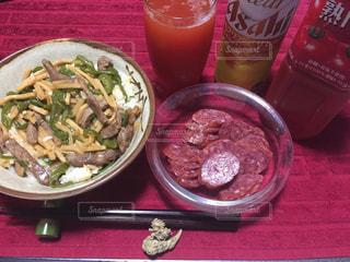 赤いトレイの上に食べ物のプレートの写真・画像素材[1226047]