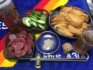 テーブルの上に食べ物のトレイの写真・画像素材[1271027]