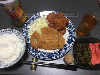 テーブルの上に食べ物のプレートの写真・画像素材[1295583]