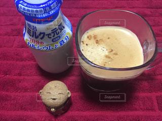 テーブルの上のコーヒー カップの写真・画像素材[1485825]