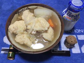 板の上に食べ物のボウルの写真・画像素材[1530194]