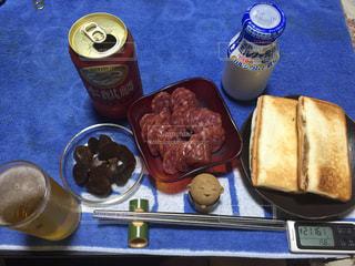 テーブルの上に食べ物のトレイの写真・画像素材[1530198]