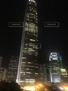 夜のライトアップされた街の写真・画像素材[929279]
