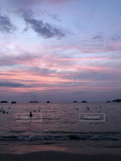 ビーチに沈む夕日の写真・画像素材[1129773]