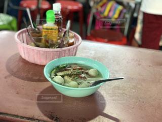 テーブルの上に食べ物のボウル - No.1129787