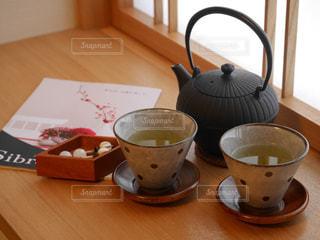 木製テーブルの上のコーヒー カップ - No.994328