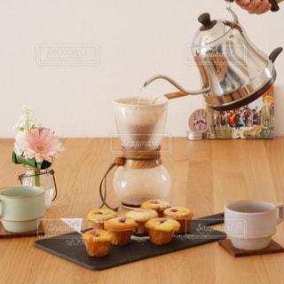 テーブルの上のコーヒー カップ - No.1135359