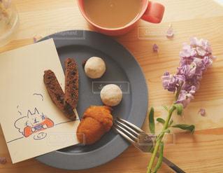木製テーブルの上に座って食品のプレートの写真・画像素材[1198191]