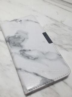 大理石テーブルとiPhoneケースの写真・画像素材[1087371]
