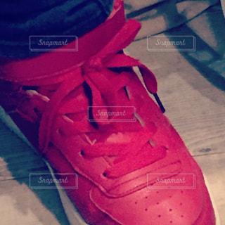 #赤#赤いスニーカー#スニーカー#足下の写真・画像素材[400663]