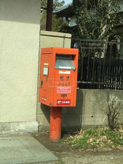 建物の側に座っている郵便受けの写真・画像素材[1074433]