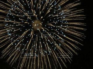 アップの花火の写真・画像素材[1354551]