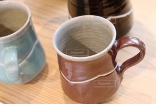 テーブルの上にコーヒーを一杯入れるの写真・画像素材[3385210]