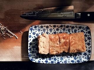 木製のテーブルの上に座っているケーキの写真・画像素材[2689929]