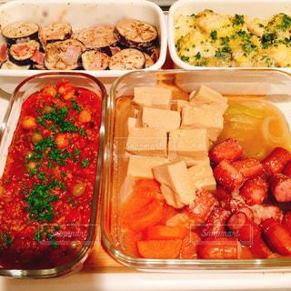 食品のさまざまな種類の入ったプラスチック容器の写真・画像素材[1830362]