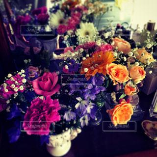 紫色の花でいっぱいの花瓶の写真・画像素材[2284501]