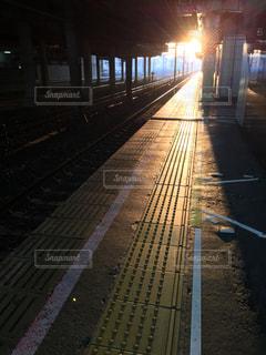朝一番の人気のない駅のホームの写真・画像素材[1188128]