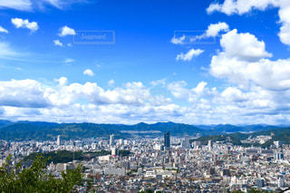 背景の山と広島市街地の写真・画像素材[746915]