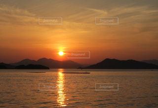 瀬戸内海に沈む夕日の写真・画像素材[1182525]